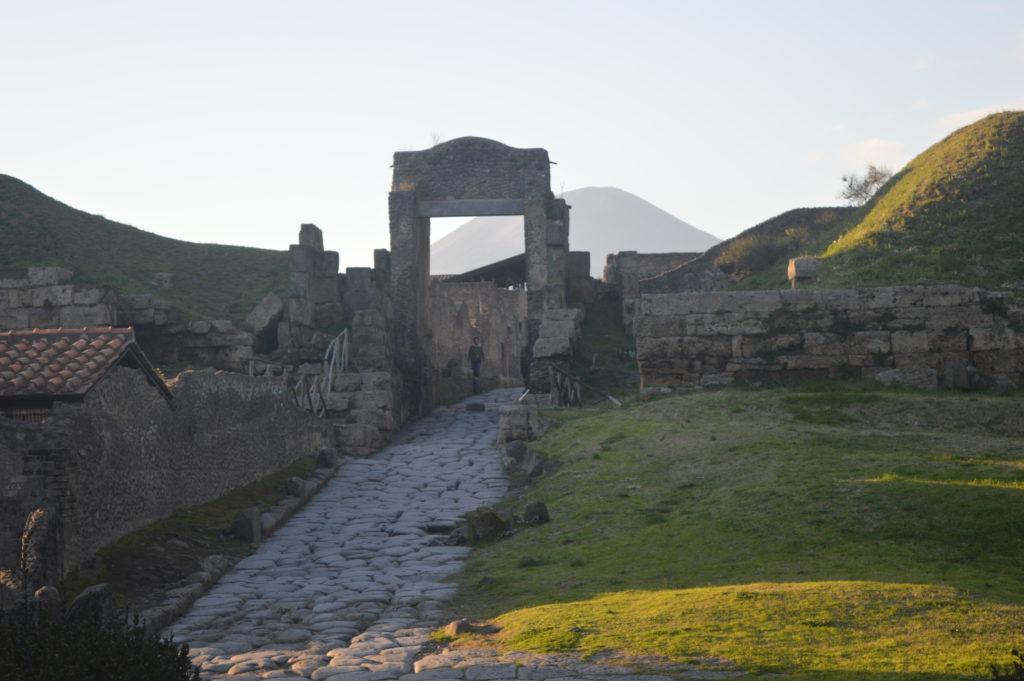 Nekropole von Pompeji mit Vesuv