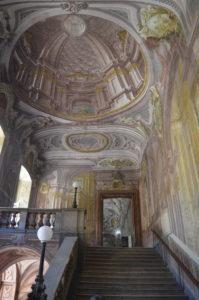 Treppe und Innenraum des Koenigspalastes von Portici