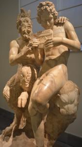Skulptur mit Apollo und Pan aus dem Museum