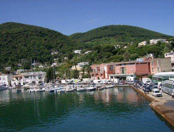 Der Hafen von Ischia Porto